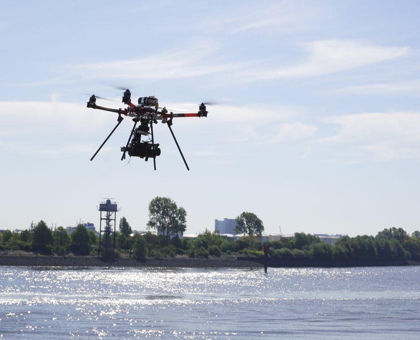 Drohne über dem Wasser